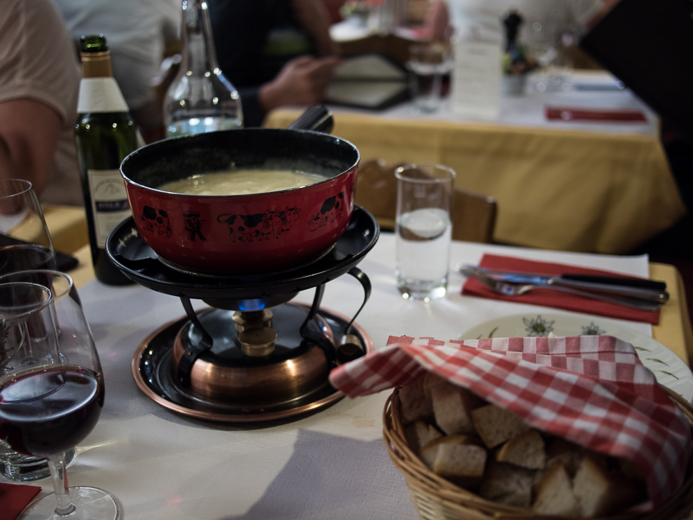 Am Abend lassen wir uns in der Whymber Stube ein köstliches aber auch sehr mächtiges Schweizer Käsefondue schmecken.